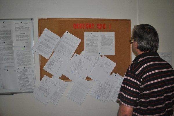 Informačná tabuľa súdu. Na nej bol umiestnený oznam o pojednávaní s Alicou I.