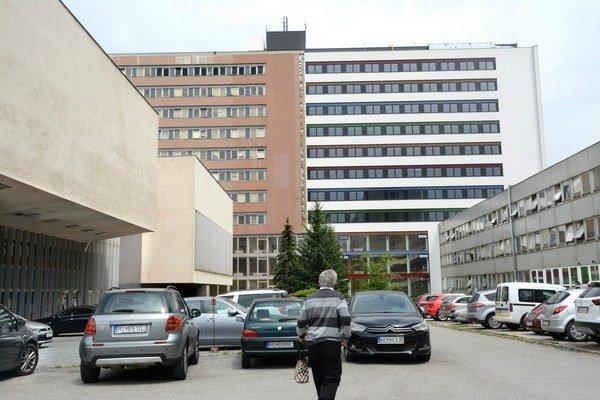 Budova lekárskej fakulty. Práce na stavbe košického MediParku zastali.