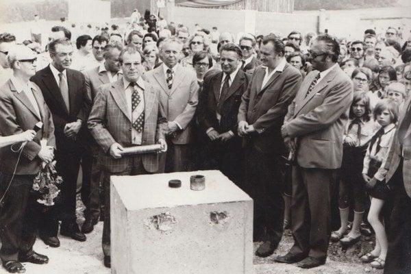 Bolože to slávy... Takto oficiálne sa začala 29. júna 1976 o9.00 hod. výstavba sídliska. Najdôležitejším mužom bol šéf Východoslovenského Krajského výboru KSS Ján Pirč (v popredí), ktorý vložil pamätný list vmedenom puzdre do základného kameňa.