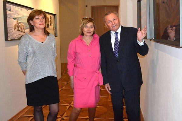 Stretnutie priateľov. Pobyt na Čukotke ich zblížil, mali si čo povedať. Zľava rektorka Haidy Schwarczová, Ida Ruchina aexprezident Schuster.