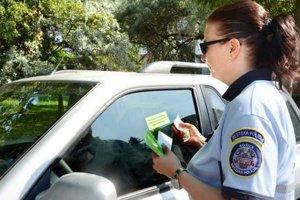 Mestská policajtka. Unálepkovala sa do sýtosti.