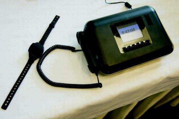 Náramok a domáca stanica. Slúžia na elektronický systém monitoringu osôb.