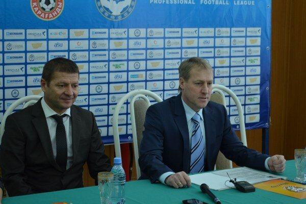 Nový tréner Šachťora. Jozef Vukušič (vľavo) na štvrtkovej tlačovke, vedľa neho je výkonný riaditeľ Šachťora.