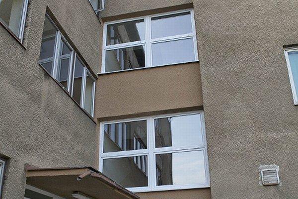 Vynovené. Staré budovy dostali po rokoch niekoľko nových okien.