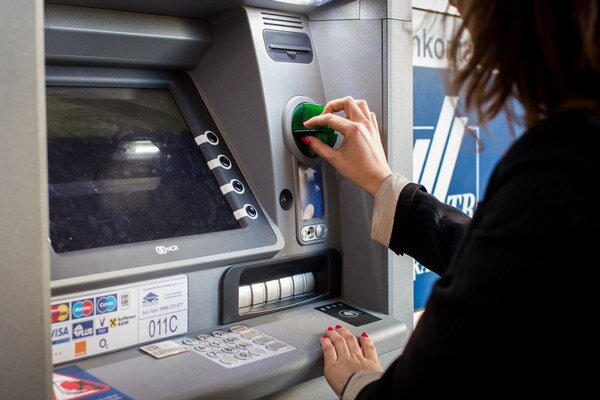 Lupiči zrejme videli, ako si vyberá peniaze z bankomatu.
