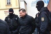 Ján Tatič v putách. Od marca je vo väzbe.
