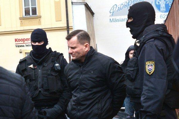 Jeden z odsúdených Ján Tatič v putách.