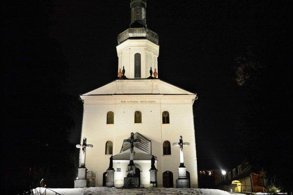 Kostol s krížmi. Týči sa na kalvárskej hore.