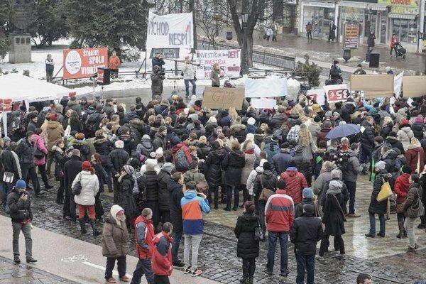 Dolná brána v Košiciach. Štrajkovať prišli nielen košickí učitelia.