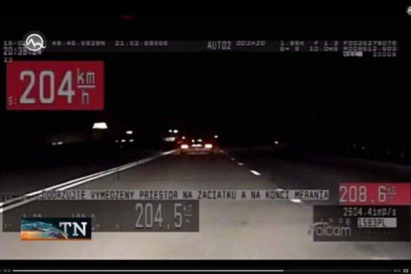 Rýchla jazda mercedesu. Za jazdu vyše 200-kou zaplatil policajtom na ruku 800 eur.