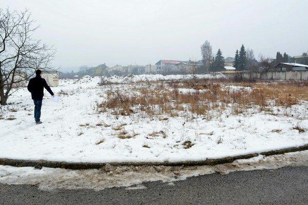 Takto vyzerá pozemok dnes. Tento rok možno začnú stavať.