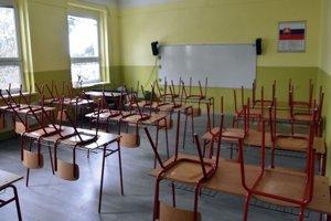 V niektorých školách sú stále prázdne triedy.