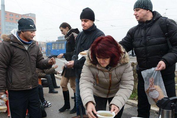 Navarili bezdomovcom. Štrajkujúci učitelia sa zapojili do dobrovoľníctva.