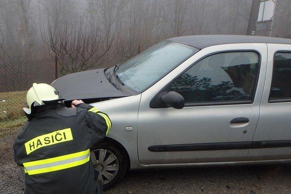 Po náraze. Auto malo zdemolovanú čelnú časť.