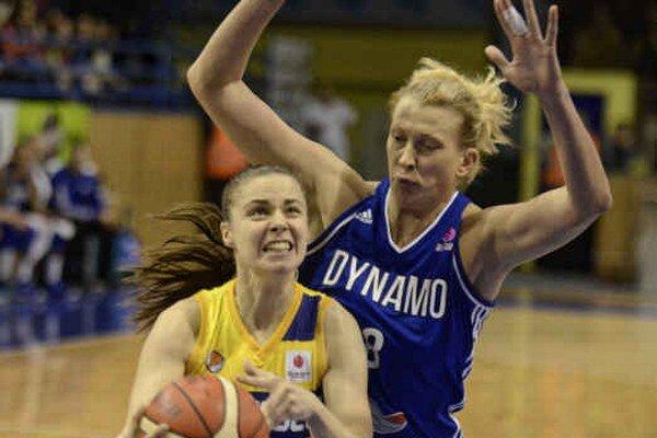 Šikovná rozohrávačka pomohla k výhre. B. Bálintová (vľavo) zaznamenala osem bodov a päť asistencií.