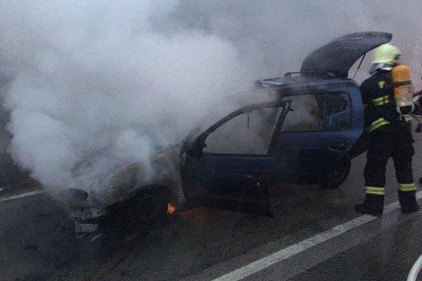 Zásah hasičov. Plamene zničili takmer celé auto.