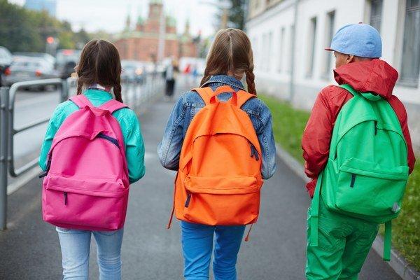 Záškoláctvo. Niektoré deti odídu ráno s taškou, potom sa s kamarátmi túlajú.
