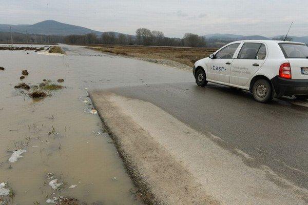 Cestu zaplavila voda z Hornádu.