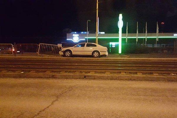 Zaparkoval na zastávke. Po nehode z miesta nehody vodič ušiel.