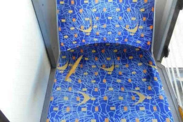 Poškodené sedadlo. Látka je prerezaná ostrým predmetom, pravdepodobne nožom.