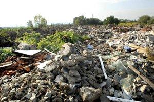 Odpad na štrkovisku. Či je naozaj stavebný, je predmetom pravidelných kontrol.