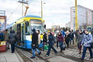 Máme kvalitnú verejnú dopravu? Podľa cestujúcich je to tak pol na pol.