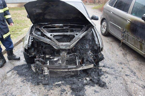 Po uhasení. Audi zhorelo do tla, poškodené sú ďalšie autá.