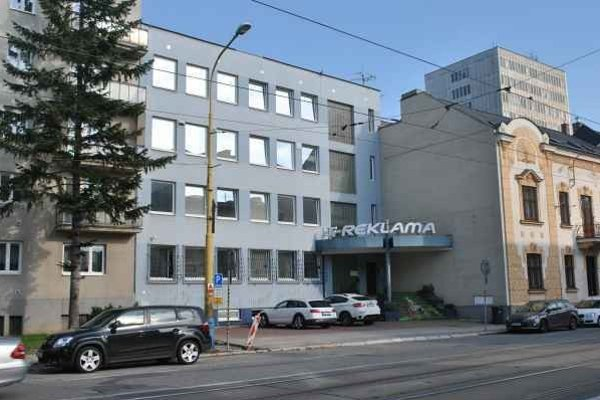 Budova na Komenského ulici. Aj o túto mali podvodníci záujem.