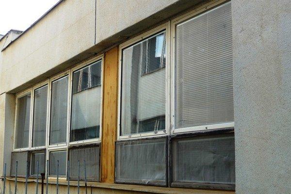 Staré okná. Mesto ich plánuje vymeniť, peniaze zatiaľ nemá.