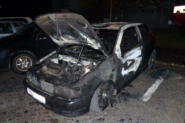 Polo na Furči. Pri požiari obhoreli ďalšie dve autá.