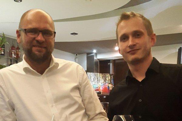 Peter Kolár (vpravo). Spolu so svojím straníckym šéfom uvítajú vo svojich radoch všetkých sklamaných pravicových voličov.