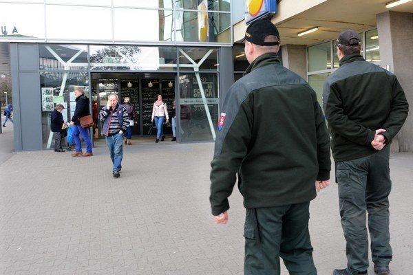Polícia pred košickou stanicou.