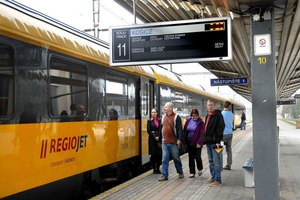 RegioJet meškal. Vlak štátneho prepravcu naň nečakal.