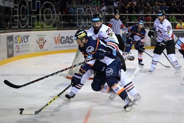 Ivan Majeský z HC '05 iClinic Banská Bystrica (v pozadí) a Tomáš Hrnka HC Košice (v popredí) počas šiesteho zápasu semifinále play-off Tipsport ligy medzi HC '05 iClinic Banská Bystrica - HC Košice.