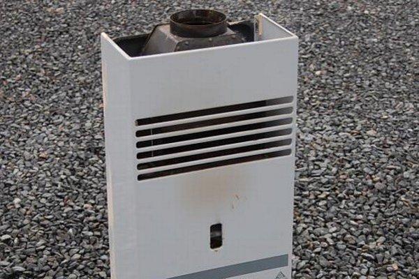 Prietokový ohrievač vody. Nedostatočným spaľovaním vytváral oxid uhoľnatý.