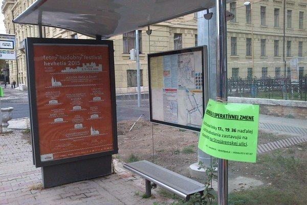 Opustená zastávka na Hviezdoslavovej. Cestujúci sa tam teraz autobusu nedočkajú. Kedy áno, nie je jasné.