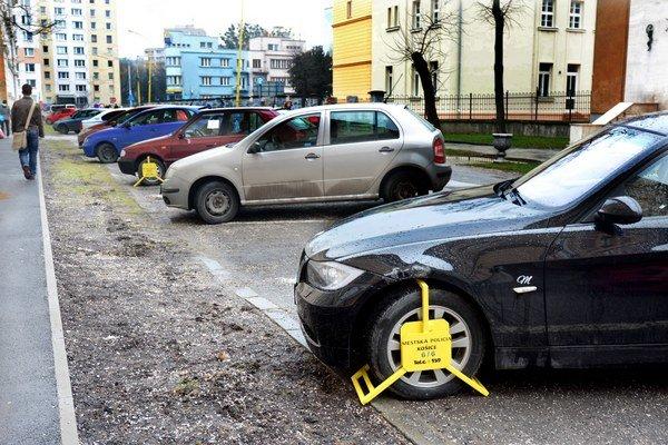 Papučky. Nie na každé auto sa zmestia.
