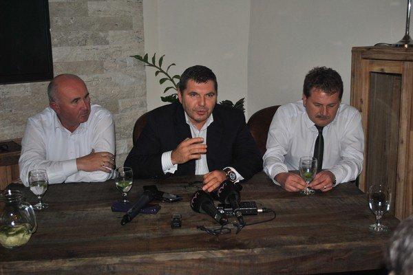 Hotovo! V piatok to zahlásili predstavitelia Dúhy – zľava Jozef Jajčišin, Miroslav Remeta a František Mrava.
