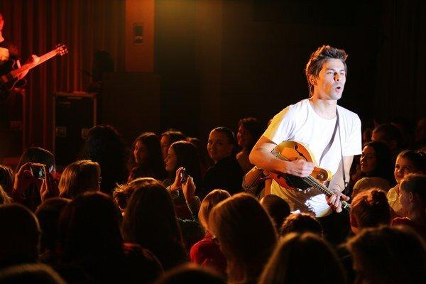 Odskočil si z pódia. Adam si vychutnáva kontakt s publikom.