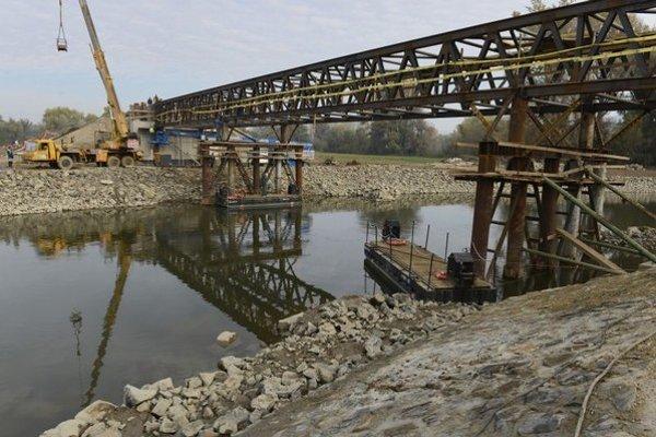 Na snímke z maďarskej strany je dočasná kovová konštrukcia mosta.