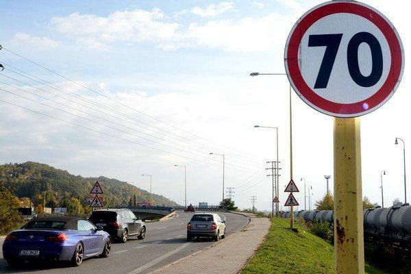 Smer Južné nábrežie. Zo Sečovskej na Južné nábrežie rýchlosť zvýšili na 70 km/h.