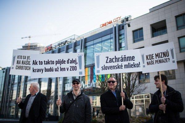 Prvovýrobcovia a spracovatelia mlieka v apríli protestovali proti cenám mlieka v obchodoch.