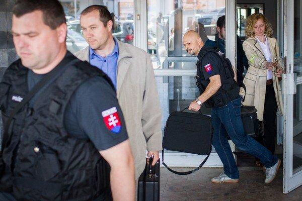 Polícia si v stredu 22. apríla 2015 odnášala z bratislavského sídla stavebnej firmy Váhostav účtovné doklady. V budove sídlia aj ďalšie podniky zo sféry vplyvu oligarchu Juraja Širokého.
