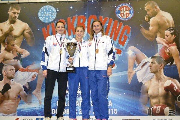 Medailistky z Belehradu. Zľava Veronika Cmárová, Veronika Petríková a Lucia Cmárová.