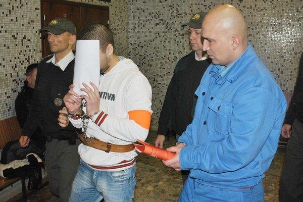Obaja odsúdení ešte na okresnom súde. Patrik v bielom, vpravo Slavomír.