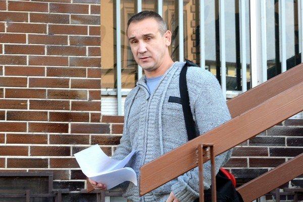 Róbert Okoličány opúšťa väzenie. Vo väzbe strávil takmer päť mesiacov.
