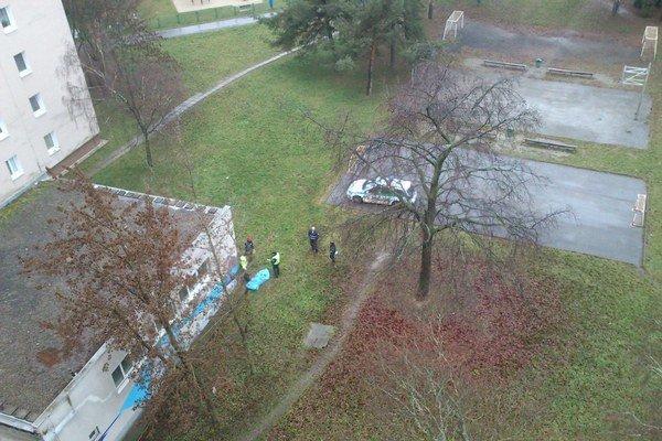 Ranné prebudenie. Takýto pohľad z okna sa v sobotu okolo pol deviatej naskytol tamojším obyvateľom.