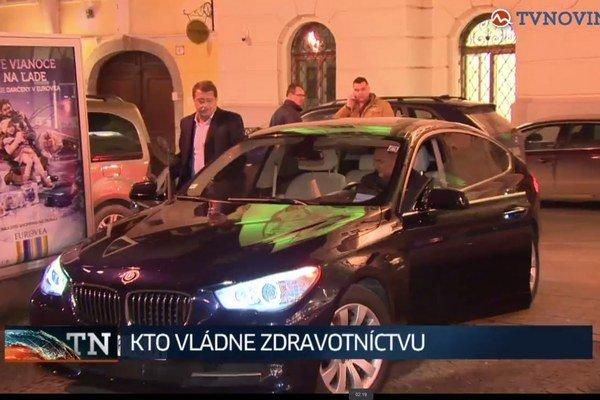 BMW už nie je služobné. Ani šofér a ochrankár v jednej osobe, lebo odišiel do civilu.