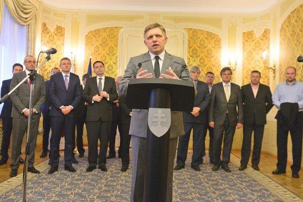 Na snímke predseda vlády Robert Fico (v popredí) počas tlačovej konferencie po jeho spoločnom rokovaní s príslušnými ministrami, zástupcami veriteľov, zástupcami bánk a predstaviteľmi Váhostavu.