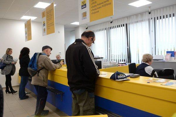 Darček pod stromček. Zamestnanci pošty dostali známky za 4,5 eura, na odmeny si musia počkať.